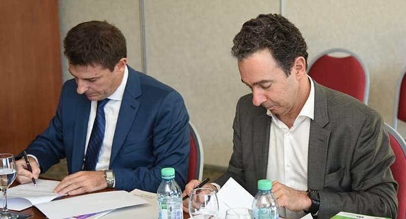 Firman el acuerdo, Pablo Bortolato (izquierda) y Marcelo Kremer.