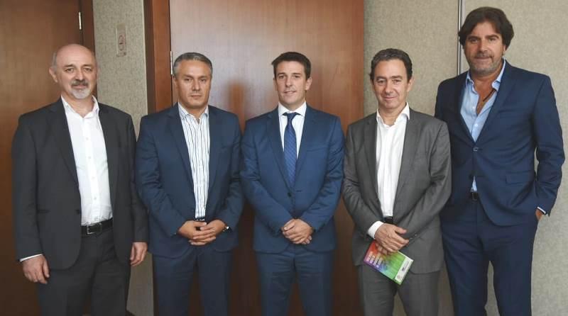 Tras la firma del acuerdo, de izquierda a derecha: Ricardo Liberman (Síndico de FACC), Dip. José Nuñez, Pablo Bortolato (Presidente MAV), Marcelo Kremer (Secretario FACC) y Carlos Canda (Tesorero MAV).